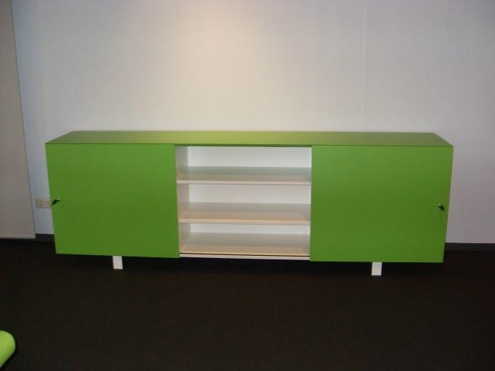 OKA lage bijzetkast met  2 schuifdeuren groen/wit