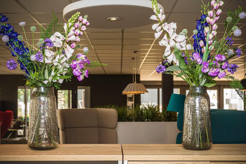 Fleurig duo van zijden bloemen inclusief vazen   2