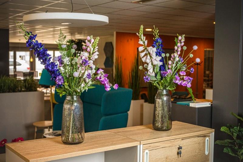 Fleurig duo van zijden bloemen inclusief vazen