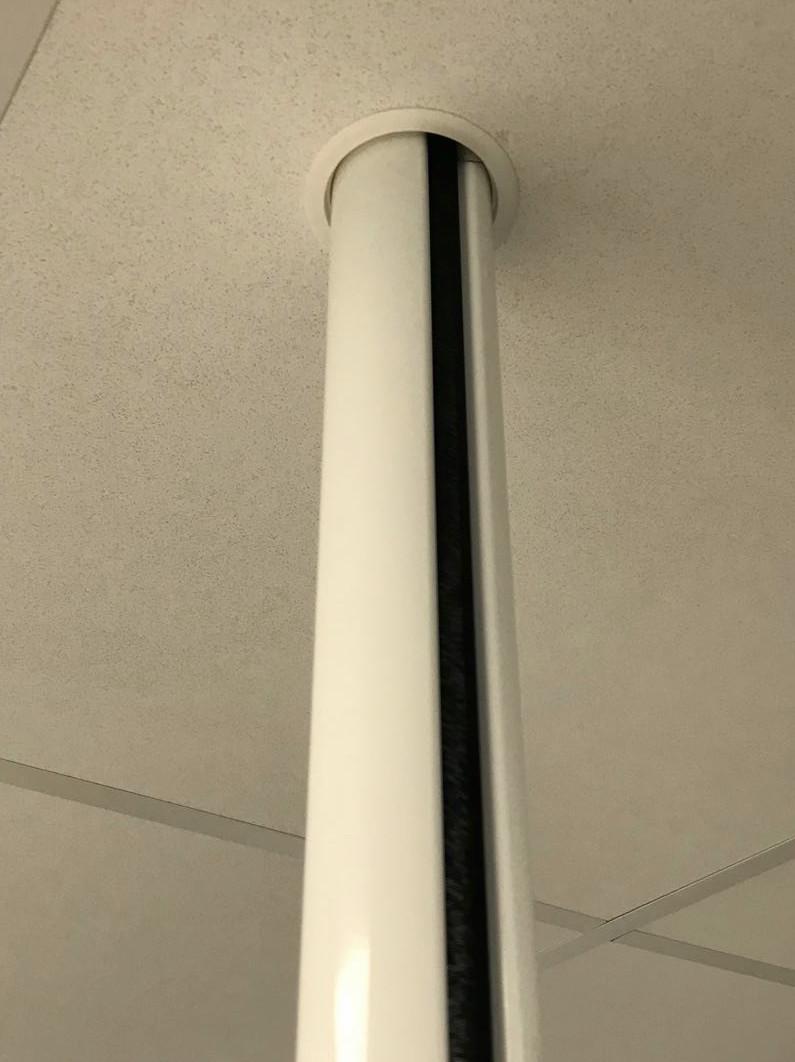 Aluminium buiszuil van vloer tot plafond wit