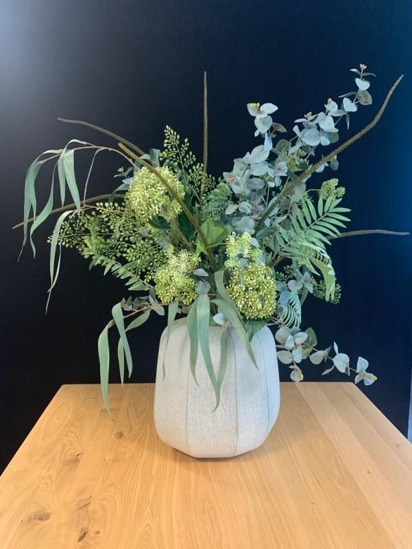 Natuurlijk zijden bloemstuk inclusief vaas
