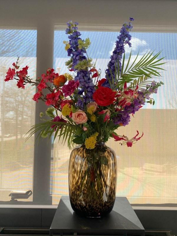 Vaas cheetah inclusief zijden bloemstuk